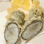 天ぷら新宿つな八 - 白魚の海苔巻き。内側は半生。塩でいただきます