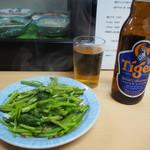 立呑処 新多聞酒蔵 - 空心菜炒め & タイガービール