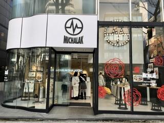 ミシャラク オモテサンドウ - ホワイトを基調としたシンプル・クリーンな店