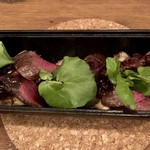 ミニヨン 坂ノ上 - 鹿肉のダッチオーブン焼き