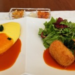 103672670 - (2)-⑤オムライス                       (3)-③ミートクロケット トマトソース                       2イン1でコンビ皿で提供。                       オムライスの付け合わせ                       玉葱の醤油漬け、らっきょう、福神漬け