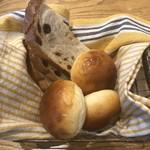 103674034 - ブレッドバスケット。焼きたての2種類のパンが美味しい。
