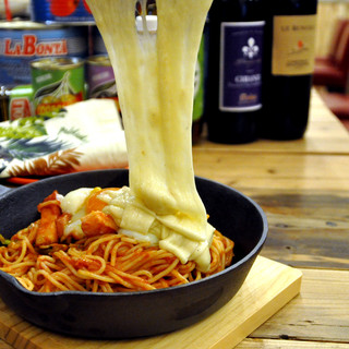 こだわりのナポリタンに、とろ~りチーズをかけて召し上がれ