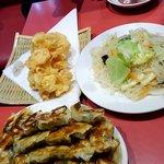 餃子天国 - 餃子四人前、えびの天ぷら、ビーフン