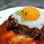 103698487 - 粗挽きの国産牛がギュギュッと詰まったワイルドなハンバーグと、トロトロ流れる卵黄の幸せハーモニー