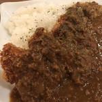ニュースカフェ - 薄切り肉を重ねたミルフィーユカツが3つ。カレーはキーマタイプですね