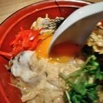 釣船茶屋 ざうお - [料理] 親子丼 卵を割る ②