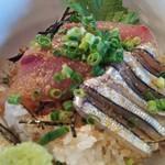 ウラニワ - ランチメニューからりゅうきゅう丼700円のイナダとキビナゴのアップ