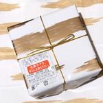 103735489 - ゴールドの春霞のようなデザインの包装紙と紙袋