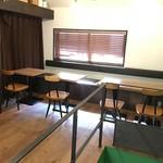 カレープラント - 2階はテーブル席で10席。