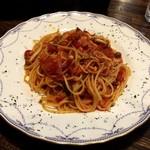 マンジャーレ - きのことベーコンの辛口トマトソースパスタ