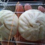 中華惣菜千里 - 肉まん、アツアツで火傷しそうです。