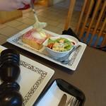元町珈琲 - エッグベネディクト 元町スタイル  チーズトロ~~~リ中、その後手前の黒胡椒をかけてくれます
