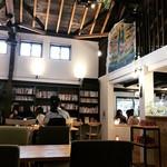 うのまち珈琲店 - 店内   沢山の本があります。