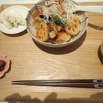 103748363 - 白身魚と野菜の黒酢あんかけ お味噌汁、サラダ、漬物つきミャ