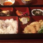 四季の蔵 右近 - 松花堂弁当 天ぷら、炊き合わせ、焼き塩鮭、もずく酢、漬け物
