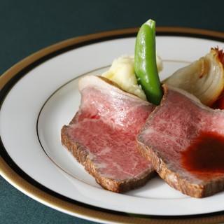上質な赤身肉の風味が口いっぱいに広がる特製ローストビーフ