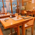 神楽坂 山せみ - 入り口付近のテーブル席