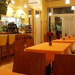 オステリア イル ペッシェ - 天井が高めのテーブル席はゆっくり落ち着ける雰囲気。