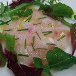 オステリア イル ペッシェ - 鮮魚のカルパッチョ。シンプルなだけに素材の良さと塩加減がとても大事!