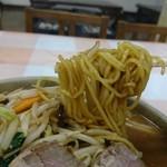 寅ちゃんラーメン - 麺リフト。細麺なのでスープを引張って来ます。
