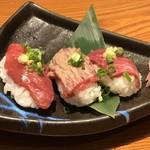 魚鮮水産 三代目網元 - 熊本県馬刺しの3貫盛りにぎり(2019.3.15)