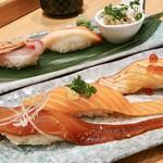 梅丘寿司の美登利 - ▲手前、サーモン三貫、       奥、蟹三貫
