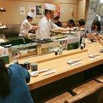 梅丘寿司の美登利 - ▲カウンター全員インバウンド女性