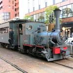 103784641 - 路面電車と一緒に2台だけ走っている坊ちゃん列車。ポッポーと汽笛を鳴らして走っているので、目立ちます。