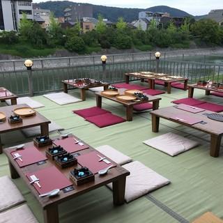 鴨川を眺めながらお食事をする贅沢を…。期間限定の川床を愉しむ