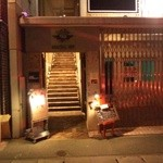 BAR Rencontrer - 通りからお店へと上がっていく階段のある入口