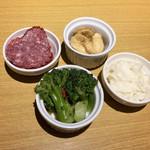 肉とチーズのお店 タペオ - お通し(450円)は1人2品。