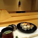 103814394 - 店内の雰囲気と箱寿司と吉野巻です♪