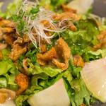 朝挽き鶏 炭火串焼き 牡丹 - あんかけパリパリ鶏皮サラダ