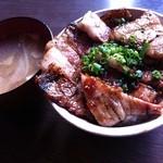 九 - 黒の豚丼(中/150g)味噌汁・キムチ付880円