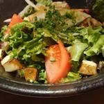 103844962 - エビとカマンベールの藁焼きサラダ