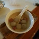 103862936 - 温かい団子の甘味、汁は砂糖水のようなアッサリした味、団子の中にゴマ餡が入っていました。