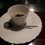 六本木モンシェルトントン -  フォアグラ入りの茶わん蒸しです。上に黒トリュフがのっていて、フォアグラとの見事なコラボレーションを演出していました。