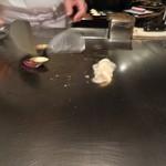 六本木モンシェルトントン -  宮崎県佐土原産の茄子を焼いている様子と、新ジャガイモにカルピスバターを纏わせた様子です。