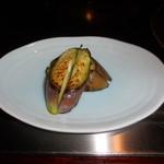 六本木モンシェルトントン -  鉄板での調理が終わった宮崎県佐土原産の茄子です。アーモンドソースとも、アンデスの岩塩ともベストマッチです。