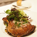 ラ・マティエール - 【お連れオーダーのメイン】鴨モモ肉コンフィのカリカリ焼き、サラダ添え♪