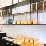 Panya 芦屋 - 明るく清潔感のある店内。
