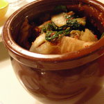 オモニの台所 - このつぼからセルフサービスで戴くキムチ。食べられる分だけにお願いしますね。