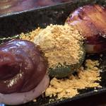 一休 - 「三色団子」450円 (税込)桜団子、よもぎの草団子、みたらし団子の三種。