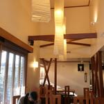 和か菜 - 窓際の高い天井に和の照明