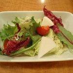 レストラン プルミエ - 生の蕪のスライスが入ったサラダ