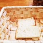 オステリア ラ マンテ - おかわり自由自家製パン