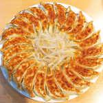 元祖浜松ぎょうざ 石松 - 中央の3個を平らげて、そこへ茹でもやしを盛り付けると、浜松餃子らしい姿に!