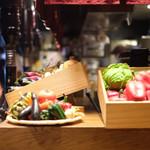 和牛焼肉食べ放題 肉屋の台所 - カウンターには野菜の展示が
