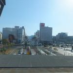 明神丸 - 特急南風車内から見た高知駅前 正面の道を進めばはりまや橋
